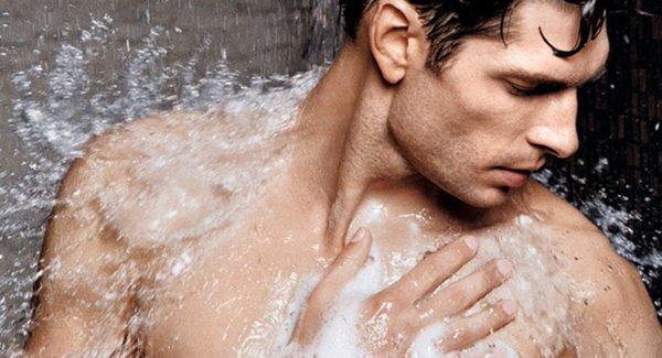 Đi tắm khi đang đổ mồ hôi nhiều khiến cơ thẻ hạ nhiệt đột ngột